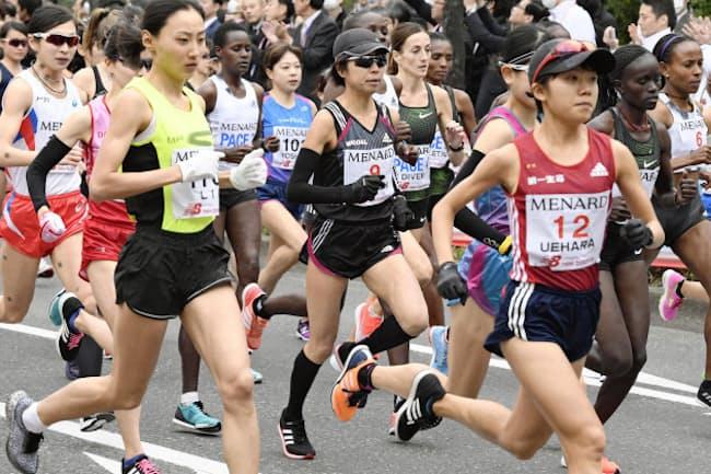名古屋ウィメンズマラソンでスタートする福士加代子選手(中央)たち(共同)