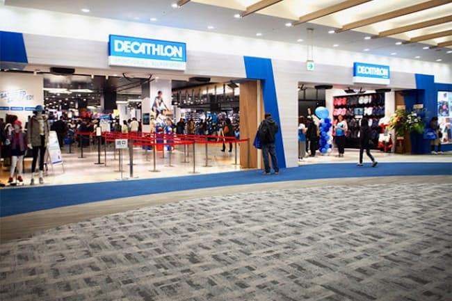 阪急西宮ガーデンズ東モール3階にオープンしたフランス発スポーツ用品チェーン「デカトロン」の日本1号店。売り場面積約1800平方メートルに約1万8000種類の商品をそろえる