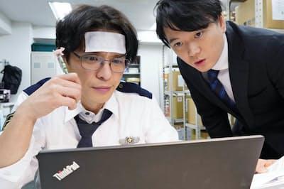 「警視庁捜査資料管理室」の一場面。(左)が瀧川英次演じる主人公の明石