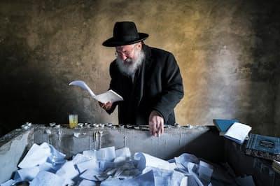 チェルノブイリでハシディズム運動を開始した祖先の墓に泣きながら祈りをささげるイッツ・トワーズキー氏(PHOTOGRAPH BY PIERPAOLO MITTICA, PARALLELOZERO)