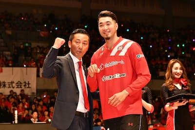 千葉ジェッツふなばし社長の島田慎二氏(左)。チームの快進撃に気合が入る=同社提供