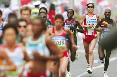 北京五輪女子マラソンでは17キロ付近で先頭集団から遅れ始めた(右から2人目)=共同
