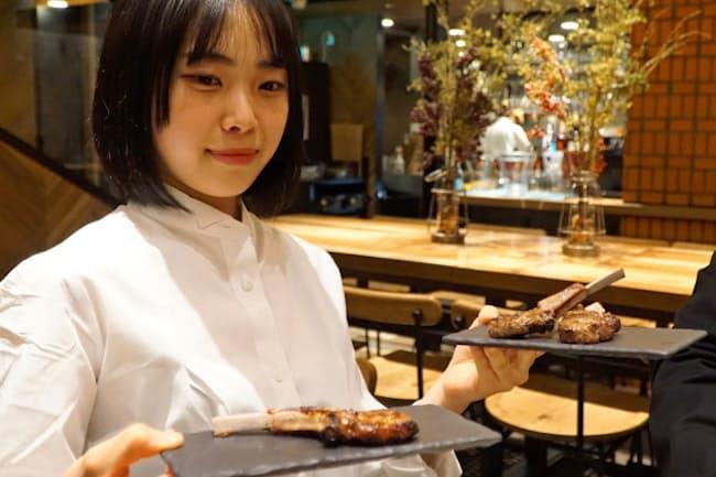 log50では落ち着いた店内空間で肉とワインを提案する(東京都新宿区)