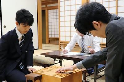 昨年準決勝の斎藤(右)―藤井戦。この1局を制した斎藤が王座まで駆け上がった(18年7月、大阪市)