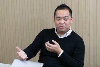 2003年早大商学部卒。大和証券SMBC(現大和証券)に入社し、新規株式公開(IPO)などを担当。06年ミクシィ入社、08年同社取締役。13年メルカリ入社、17年に現職。山梨県出身(写真:吉村永、以下同)