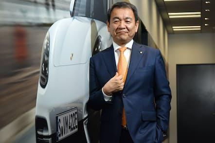 「今はオーダースーツに落ち着いています。国産車メーカーと輸入車メーカーとでファッションの違いがずいぶんありますね」と話すポルシェジャパンの七五三木敏幸社長(東京都港区のポルシェジャパン)
