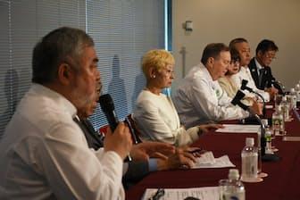 ノートルダム大聖堂火災修復支援プロジェクトの狙いなどについて説明する三国清三シェフ(手前左)ら
