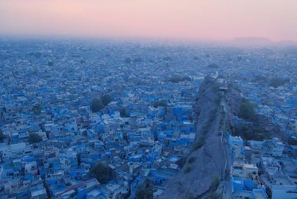 夕暮れ時の通称「ブルーシティ」の眺め。旧市街の家々の壁、天井などあらゆる所が青に塗られています(c)三好和義