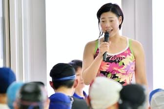 イベントの水泳教室で参加者に指導する千葉すずさん(堺市堺区の堺市立健康福祉プラザ)