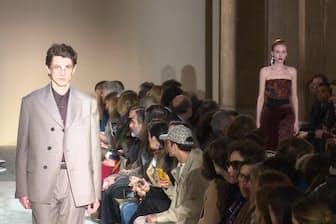 女性用と男性用の服が同じタイミングでランウェイに登場した