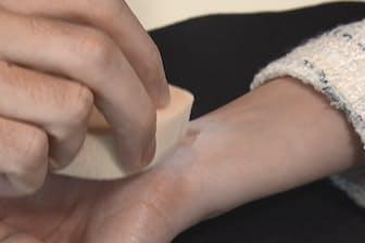 肌に沿ってピッタリとくっつき、両面テープを使えば簡単にはがすことができる