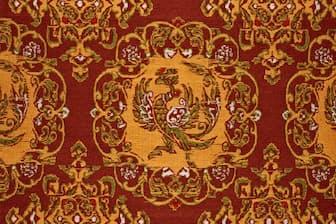 小石丸によって復元された正倉院裂「紫地鳳唐草丸文錦」の文様=宮内庁正倉院事務所