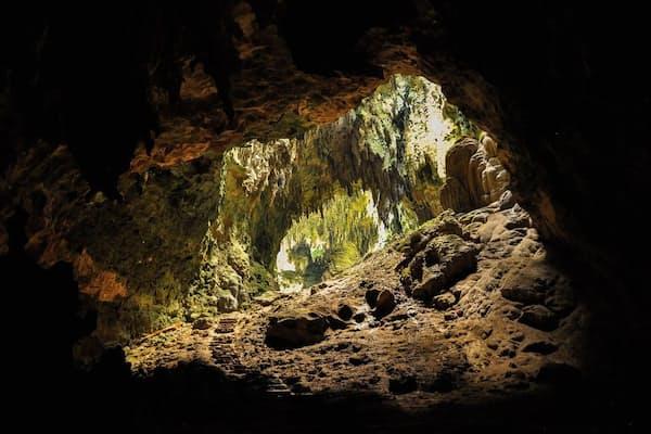 未知の初期人類の歯と骨が見つかったフィリピンのカラオ洞窟。発掘した研究者は「ホモ・ルゾネンシス(Homo luzonensis)」と名付けた(PHOTOGRAPH BY D. PARDO, NATIONAL GEOGRAPHIC YOUR SHOT)