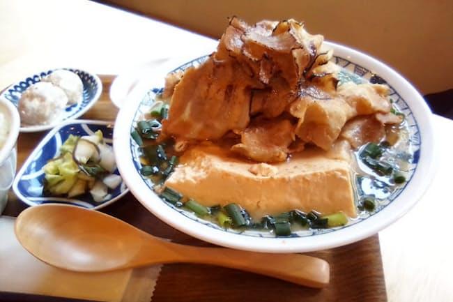 あぶった豚しゃぶ肉と豆腐がドーンとのった「山盛りごちとん豚汁」 単品890円(税込み)、定食はプラス250円(同)