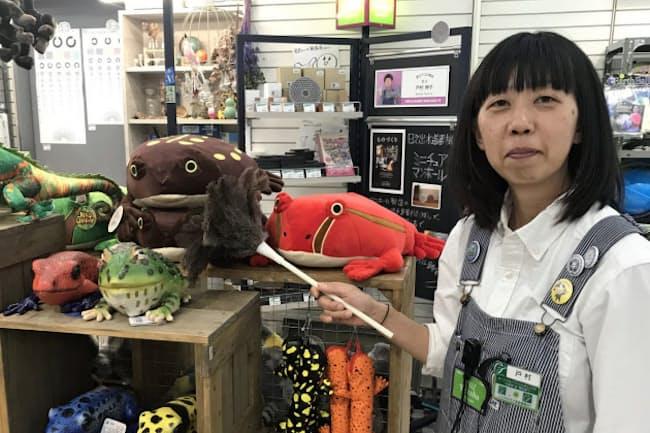 「遊びゴコロ商店」の店主として理化学コーナーを担当する戸村伸子さん