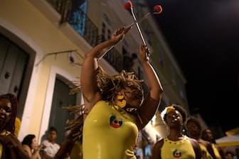 通りで仲間たちと一緒に打楽器をたたくビビアム・キャロラインさん。「プロジェクト・ディーダ」は、メンバーが全員女性で、全員アフリカ系ブラジル人の打楽器集団だ。サルバドールでは打楽器が盛んで、マイケル・ジャクソンやポール・サイモンも、町で最も有名なバンド「オロドゥン」とコラボしたことがある(PHOTOGRAPH BY STEPHANIE FODEN)