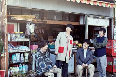sumika 左から、黒田隼之介(ギター&コーラス)、片岡健太(ボーカル&ギター)、小川貴之(キーボード&コーラス)、荒井智之(ドラム&コーラス)。様々な人にとっての「sumika(住処)」のような場所になってほしいとの願いをバンド名に込めて2013年に結成。sumika[camp session]という名義で、アコースティックバンド形態でライブを行うことも。