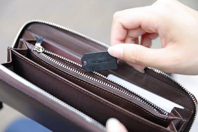 薄く軽い「マモリオ S」は財布に入れても邪魔にならない