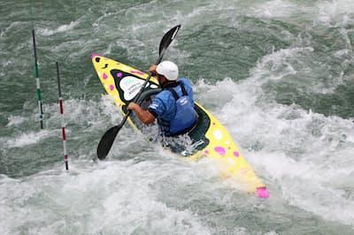 多摩川上流の御岳で「水走」2号艇のテストをする東京都カヌー協会の理事で、元オリンピアンの藤野強氏=望月修教授提供