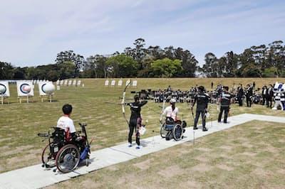 夢の島公園アーチェリー場で行われた競技のデモンストレーション(4月28日、東京都江東区)=共同