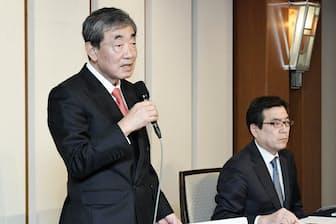 カルビーの会長兼CEOを退任すると発表した松本晃氏(左)と伊藤秀二社長(2018年3月27日、東京都千代田区)
