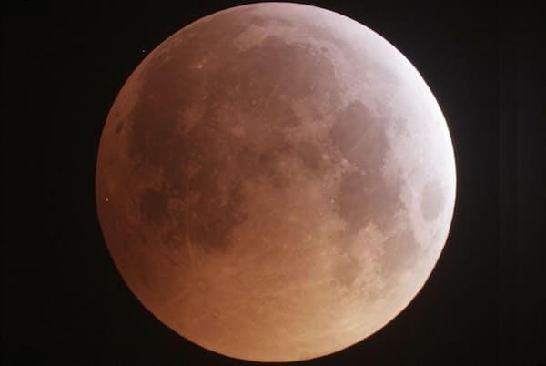 NASAのデータは、隕石衝突によって、月面から驚くほど大量の水が放出されていることを示した。写真は月食時の月(PHOTOGRAPH BY CHRISTIAN FRÖSCHLIN)