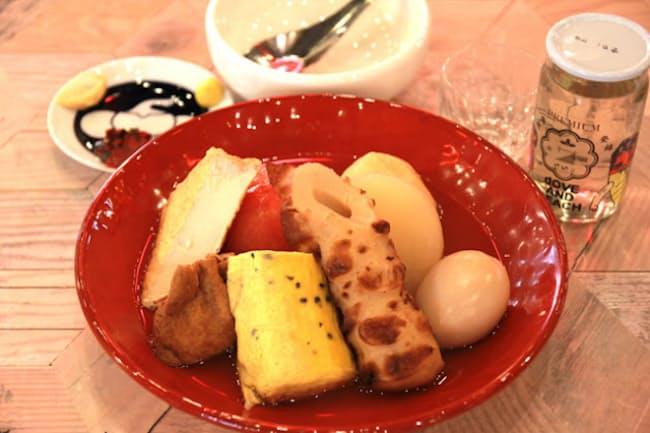 鮮やかで斬新な店内で食べる「サナギ新宿」の正統派おでん
