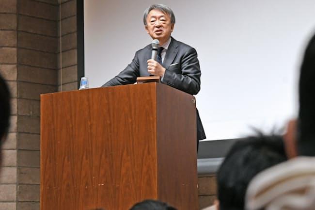 新入生を前に講演する東工大特命教授の池上彰氏(4月4日、東工大大岡山キャンパス)