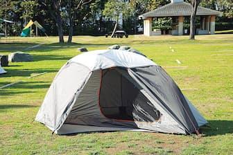 「FORCLAZ(フォルクラ) 登山・トレッキング テント Ultralight 900 - 1人用」コンパクトな1人用テント。グラウンドシートやフライシートまでセットになったオールインワンモデルで、価格は1万8900円(税込み)。小型ながら前室もあり、使い勝手が良い。