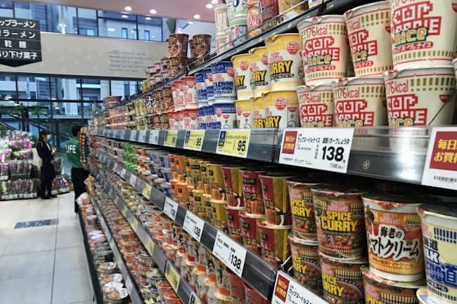 食品では値上げの動きが広がっている(東京都内のスーパー)