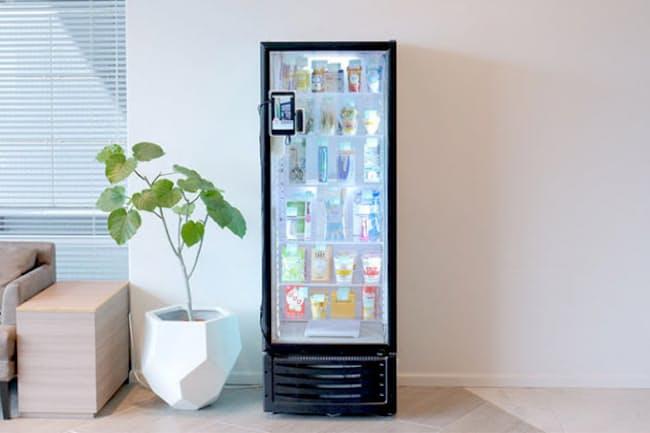 600(東京・中央)が開発したキャッシュレス無人コンビニ「600」。本体は幅60cmの冷蔵ケース。電源が確保できれば簡単に設置でき、オフィスを中心に導入が進んでいる。現状、初期導入費用無料、月額3万円~(条件により異なる)で設置できる