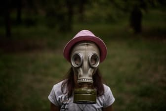 ウクライナ、キエフの郊外で開催されたサマーキャンプLIDERで、ガスマスクの付け方を教わるエレーナ・シェベルちゃん(10歳)(PHOTOGRAPH BY DIEGO IBARRA SÁNCHEZ)