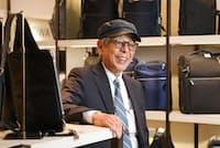 「機能が複雑すぎるものはかえって不便なこともある。自分の仕事に必要な機能をよく考えて選んで」と話す石津祥介さん(東京都中央区の松屋銀座5階紳士売り場)