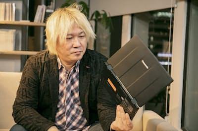 片手で軽々と持てる軽さに、レッツノートユーザーの津田大介氏も驚いていた