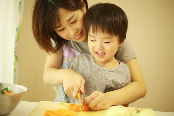 包丁を持つのが初めての子どもと一緒に「子ども包丁」を使い比べ(写真はイメージ=PIXTA)