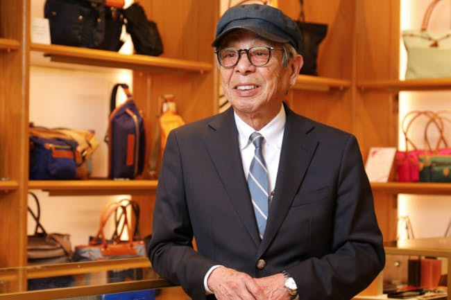 「カジュアル化が進んでいるとはいっても、ダークスーツにはリュックは合わないよね。リュックを合わせるならジャケット&スラックスがいいと思います」と話す石津祥介さん(東京都中央区の松屋銀座)