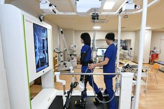 トヨタが開発したリハビリ支援用ロボット「ウェルウォーク」(東京都中野区の総合東京病院)