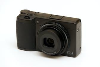 GR IIIは歴代GRのイメージをしっかりと踏襲。硬派なスナップシューターといういでたちを守っている。価格はリコーイメージングのオンラインショップで12万1500円