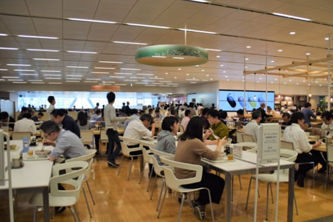 ソニーの社員食堂「Plat」 約1250席にも及ぶ広さで、ランチのピーク時は多くの従業員でにぎわう