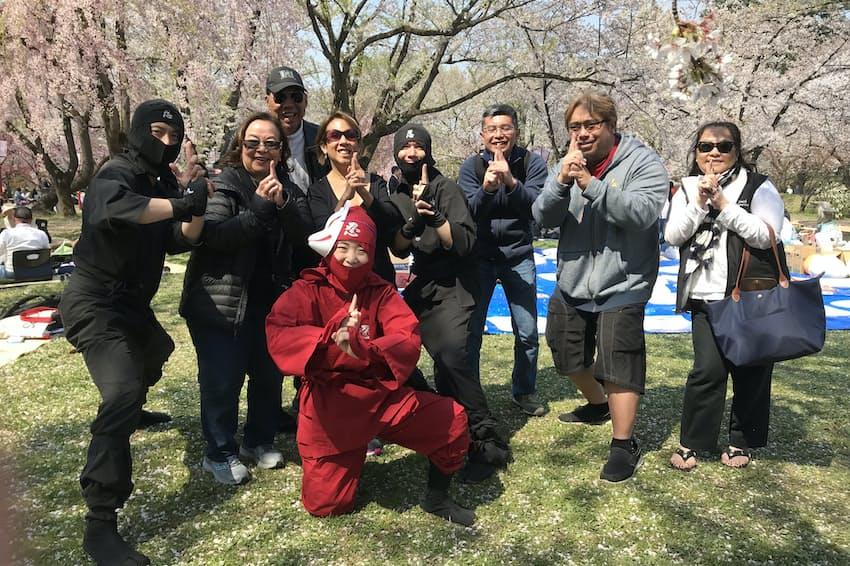 青森・弘前公園で行う「手ぶらで観桜会」にはハワイからの団体客もいるという
