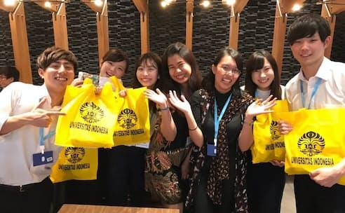 左から鈴木佳裕、山口加葉、蔭平萌恵、ザーラ、カニャ、江口綾音、稲葉光のチームRoti各メンバー