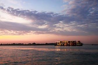 乗船するのは水上の5つ星ホテル「アクア・メコン」。クルーズならではの絶景や、異国情緒と驚きに満ちた美食を紹介する。(NikkeiLUXEより)