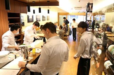 ホール、キッチンを問わず総力戦でお客に対応する