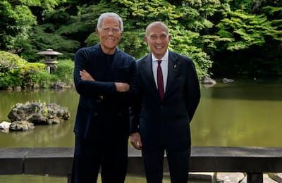 ジョルジオ・アルマーニ氏(左)を迎えたイタリア大使のジョルジオ・スタラーチェ氏は「アルマーニがミラノを世界有数のファッション都市に押し上げた」とたたえた(東京都港区のイタリア大使公邸)