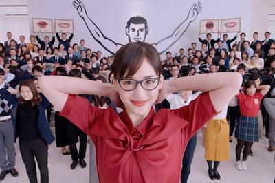 「グリコ色」の綾瀬はるかが従業員と踊る