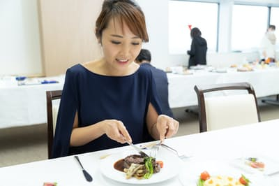 ANAのファーストクラス新メニューを試食するフリーアナウンサーの貞平麻衣子さん