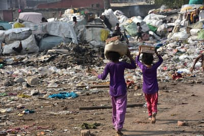 貧困・格差の解消は経済学の大きなテーマだ。写真はイメージ=PIXTA