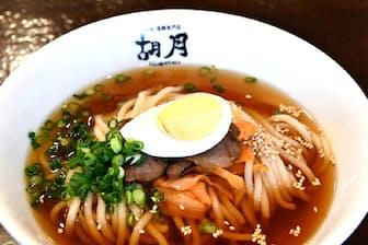 胡月の麺は白くて太いのが特長。最後までスープを飲み干す人も目立つ人気店だ