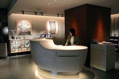 曲面が特徴的なカウンター。奥ではアート作品やコラボ商品が販売されている。(東京都台東区のノーガホテル上野)