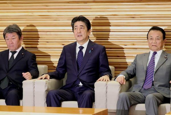 安倍晋三首相の在職期間が歴代最長に近づいている(閣議に臨む安倍首相、首相官邸)